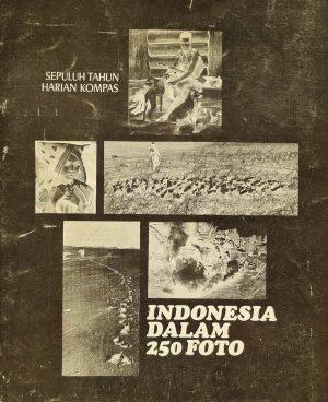 Indonesia dalam 250 foto Sepuluh Tahun Harian Kompas Uitgever Gramedia 1975 Indonesisch boek 250 foto's indonesie in 250 foto's indonesia in 250 foto skoander.com